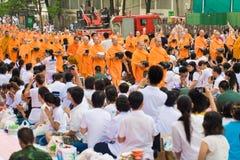 BANGKOK TAILANDIA - DICIEMBRE 01,2012: Mucha gente da la comida y d Imagen de archivo libre de regalías