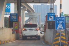 Bangkok, Tailandia, el 19 de febrero de 2018, coche que pasa a través de la entrada imágenes de archivo libres de regalías