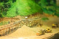 Bangkok-Tailandia, el 15 de julio de 2017: Pequeño modelo de la explotación minera y del quarr Fotografía de archivo