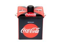Bangkok, Tailandia, 2019, el 16 de marzo: caja de aluminio del coque de la Coca-Cola aislada en el fondo blanco fotografía de archivo