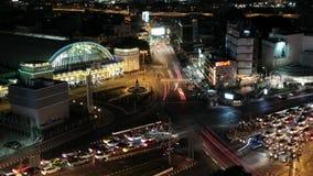 Bangkok Tailandia, el 8 de octubre de 2018, tráfico de la noche en la estación de tren de Bangkok metrajes