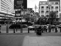 Bangkok Tailandia, en 11 puede 2019, personas negras blancas del camino de la calle foto de archivo
