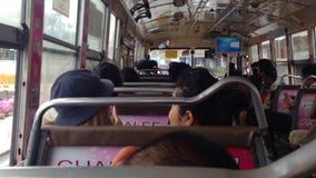 BANGKOK, TAILANDIA - ENERO 12,2017: Autobús local interior del pasajero almacen de video