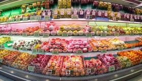 BANGKOK, TAILANDIA - 10 FEBBRAIO: Il supermercato di Foodland visualizza le varie specie di mele refrigerate e di altri frutti da immagine stock libera da diritti
