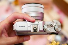 BANGKOK, TAILANDIA - 20 FEBBRAIO 2018: Mani su Fujifilm X-A5, t fotografia stock