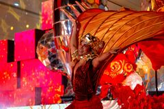 BANGKOK, TAILANDIA - FEBRERO DE 2018: Demostración china de la celebración del Año Nuevo en el centro comercial de EmQuartier y d imagen de archivo