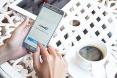 Bangkok, Tailandia - febrero 12,2017: Linkedin app Linkedin es a Foto de archivo libre de regalías