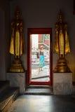 BANGKOK, Tailandia-Febuary 25: Turista en Wat Pho, uno de Thailan Foto de archivo