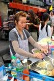 Bangkok, Tailandia: Fornitore di alimento della strada di Khao San Immagini Stock Libere da Diritti
