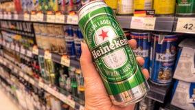 Bangkok, Tailandia - 14 gennaio - 2018: Heineken Lager Beer è il prodotto di nave ammiraglia di Heineken, Heineken è la birra più immagini stock libere da diritti
