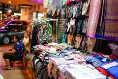 BANGKOK, TAILANDIA - 8 GENNAIO 2018: I venditori tradizionali sono wai fotografie stock