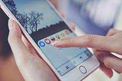 Bangkok, Tailandia - 9 gennaio 2018: la mano sta premendo lo schermo di Facebook sulla mela iphone6, media sociali sta usando Fotografia Stock Libera da Diritti