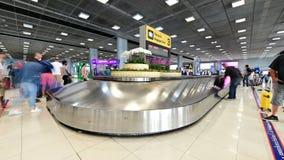 Bangkok, Tailandia - 11 gennaio 2019: Lasso di tempo del nastro trasportatore del bagaglio nell'aeroporto di Suvarnabhumi che por stock footage