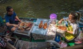 BANGKOK, TAILANDIA - 23 gennaio, 2016: Mercato di Mayom del Lat di Khlong Fotografie Stock Libere da Diritti