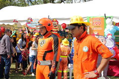 Bangkok, Tailandia - 9 gennaio 2016: Vigile del fuoco con il cosplay del supereroe nel giorno dei bambini nazionali della Tailand fotografie stock