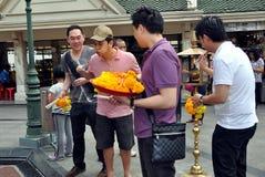 Bangkok, Tailandia: Gente en la capilla de Erawan Foto de archivo libre de regalías