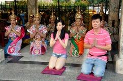 Bangkok, Tailandia: Gente que ruega en la capilla de Erawan Fotografía de archivo