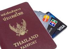 Bangkok, Tailandia - 30 giugno 2017: Carta di credito tre Carta di visto, Master Card e carta del JCB con il passaporto tailandes Fotografia Stock Libera da Diritti
