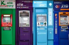 BANGKOK TAILANDIA - 2 GIUGNO 2013: Cash machine di BANCOMAT del principale quattro Fotografie Stock Libere da Diritti
