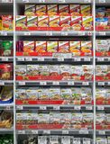 BANGKOK, TAILANDIA - 16 GIUGNO: Il supermercato di Foodland immagazzina i pacchetti di condimento di varia cucina tailandese a Ba fotografie stock libere da diritti
