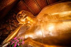 BANGKOK, TAILANDIA - GIUGNO 2015: L'immagine del germoglio adagiantesi dorato Fotografia Stock