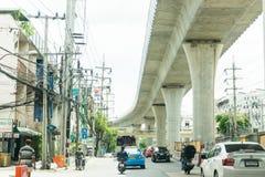 Bangkok, Tailandia - 3 giugno 2017: La ferrovia di BTS ha messo in mezzo ad una strada principale a Bangkok e al tha ad alta tens Immagini Stock