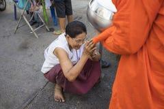 Bangkok, Tailandia - 28 giugno 2015: La gente che prega rispetto al monaco sulla via di Bangkok Approssimativamente 95 per cento  Fotografia Stock