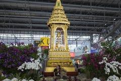 Bangkok, Tailandia - 28 giugno 2015: Piccolo santuario dorato all'aeroporto internazionale di Suvarnabhumi Concetto di buddismo,  Fotografia Stock Libera da Diritti