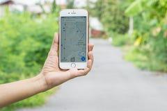 BANGKOK, TAILANDIA, Google traza la exhibición del app en la pantalla del iphone en manos femeninas Fotografía de archivo