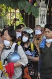 Bangkok/Tailandia - 12 02 2013: I dimostranti insorgono e prendono il HQ metropolitano della Camera della polizia Fotografia Stock