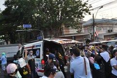 Bangkok/Tailandia - 12 02 2013: I dimostranti insorgono e prendono il HQ metropolitano della Camera della polizia Immagini Stock Libere da Diritti