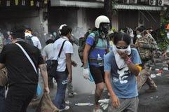 Bangkok/Tailandia - 12 02 2013: I dimostranti insorgono e prendono il HQ metropolitano della Camera della polizia Fotografie Stock