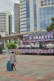 Bangkok/Tailandia - 08 05 2013: Il blocchetto giallo delle camice ed occupa Lumphini Fotografia Stock