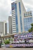 Bangkok/Tailandia - 08 05 2013: Il blocchetto giallo delle camice ed occupa Lumphini Fotografie Stock Libere da Diritti