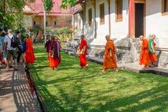 BANGKOK, TAILANDIA, IL 6 MARZO 2018: Punto di vista all'aperto dei monaci che camminano nel cortile, a Ayutthaya, tempio buddista Fotografie Stock