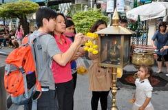 Bangkok, Tailandia: Incienso de la iluminación de la gente Foto de archivo libre de regalías