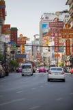BANGKOK TAILANDIA - JAN1,2018: tráfico en camino del yaowatch la mayoría del imp Foto de archivo libre de regalías