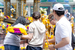 BANGKOK, TAILANDIA -20 JULIO DE 2014: Gente de Unknow alrededor de Brahma, Fotografía de archivo libre de regalías