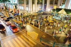 Bangkok, Tailandia julio 17,2016: la capilla de Erawan en la intersección de Ratchaprasong en la noche Fotografía de archivo