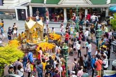 BANGKOK, TAILANDIA JULIO 6,2015: La capilla de Erawan, gente viene al re Fotos de archivo