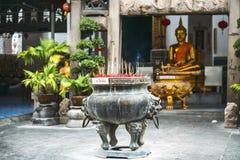 Bangkok, Tailandia - Junary 1, 2014: Imagen de oro de Buda en Wat K Foto de archivo