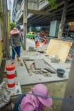 BANGKOK, TAILANDIA, L'8 FEBBRAIO 2018: Il punto di vista all'aperto della gente non identificata che lavora nella via ed i turist Immagine Stock Libera da Diritti