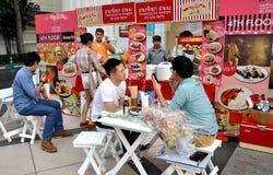 Bangkok, Tailandia: La gente che mangia al ristorante fotografia stock libera da diritti