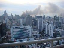Bangkok/Tailandia - 19 05 2010: Las camisas rojas pusieron las barricadas y los negocios en el fuego alrededor de Bangkok central fotos de archivo libres de regalías