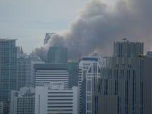 Bangkok/Tailandia - 19 05 2010: Las camisas rojas pusieron las barricadas y los negocios en el fuego alrededor de Bangkok central foto de archivo libre de regalías