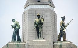 Bangkok, Tailandia - Las estatuas honran al ejército, marina de guerra y la fuerza aérea en Victory Monument, es un monumento mil fotografía de archivo