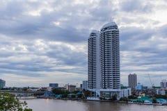 Bangkok, Tailandia - 8 luglio 2017: Alta costruzione dell'hotel di aumento sul lato destro del fiume del ` di Chao Pra Ya del ` n Fotografia Stock