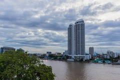 Bangkok, Tailandia - 8 luglio 2017: Alta costruzione dell'hotel di aumento sul lato destro del fiume del ` di Chao Pra Ya del ` n Fotografia Stock Libera da Diritti