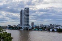 Bangkok, Tailandia - 8 luglio 2017: Alta costruzione dell'hotel di aumento sul lato destro del fiume del ` di Chao Pra Ya del ` n Immagini Stock Libere da Diritti