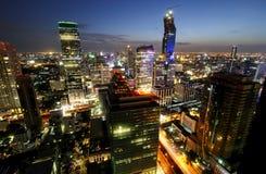 BANGKOK, TAILANDIA - 1° LUGLIO 2015: Distretto aziendale con l'alta costruzione al crepuscolo Immagini Stock Libere da Diritti